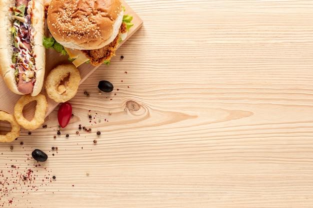Deliziosa cornice piatta con hamburger e copia-spazio