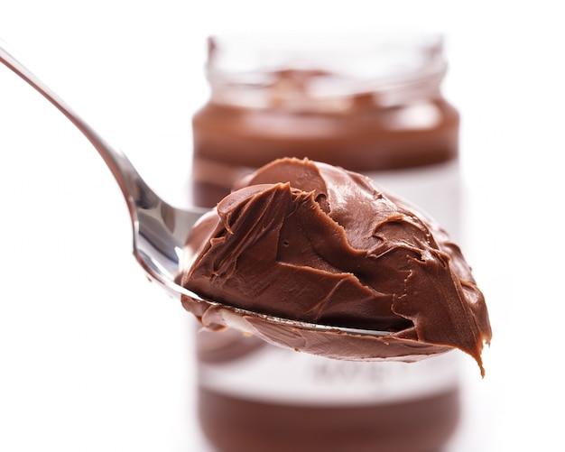 Deliziosa crema al cioccolato su un cucchiaio