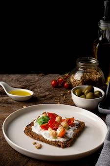 Deliziosa fetta di pane tostato con pomodorini copia spazio
