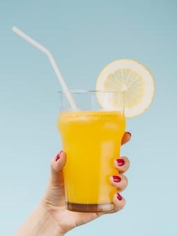 Deliziosa frutta naturale fresca di arancia e una cannuccia