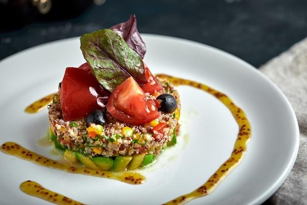 Deliziosa insalata di quinoa con avocado e pomodori. macro.