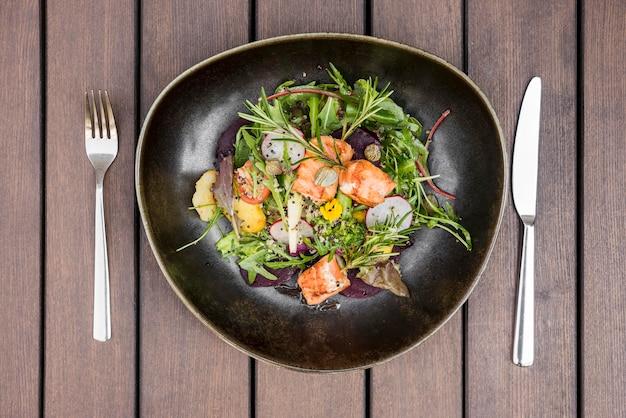 Deliziosa insalata piatta di salmone