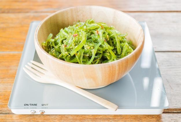 Deliziosa insalata piccante di alghe fresche
