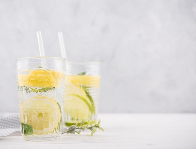 Deliziosa limonata fatta in casa sul tavolo