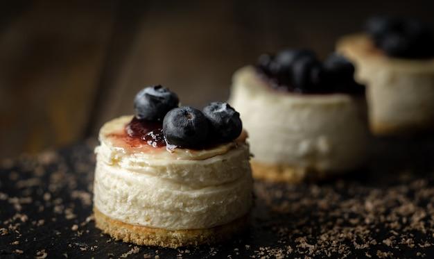 Deliziosa mini cheesecake fatta a mano con superficie in legno rustico