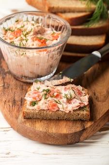 Deliziosa mousse, riyet, patè, salsa di salmone affumicato (trota), crema di formaggio, aneto e rafano su fette di pane di segale