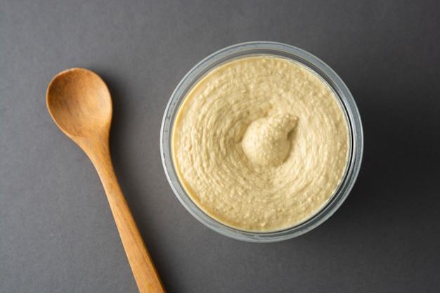 Deliziosa pasta fatta in casa con hummus e olio d'oliva e ceci. cibo salutare.