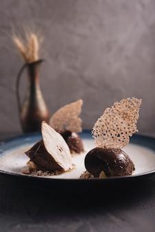 Deliziosa pasticceria al cioccolato con decorazione sul piatto