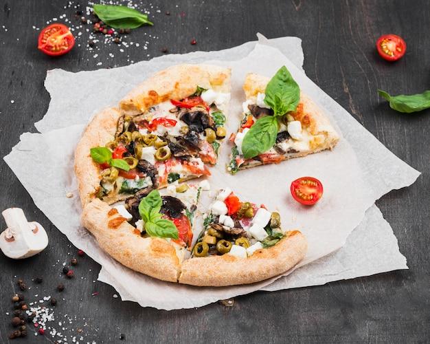 Deliziosa pizza con arrangiamento di verdure