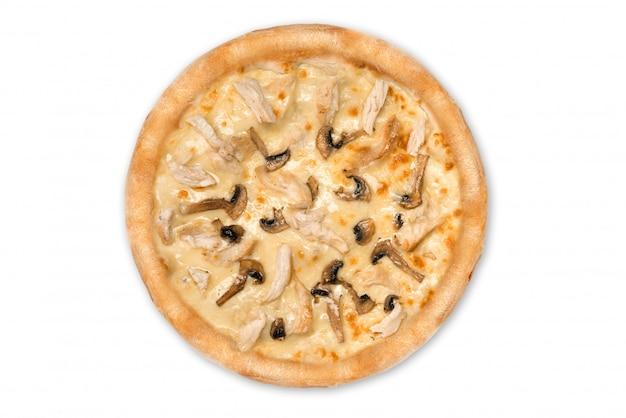 Deliziosa pizza con pollo, parmigiano, pomodori, funghi isolati per il menu, vista dall'alto