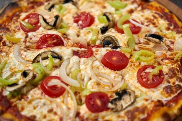 Deliziosa pizza con verdure sul tavolo