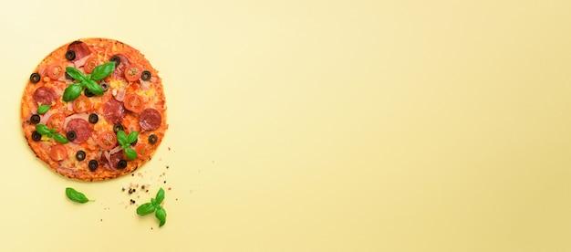 Deliziosa pizza italiana, foglie di basilico, sale, pepe giallo