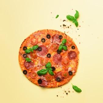 Deliziosa pizza italiana, foglie di basilico, sale, pepe. modello per uno stile minimal. pop art design, concept creativo