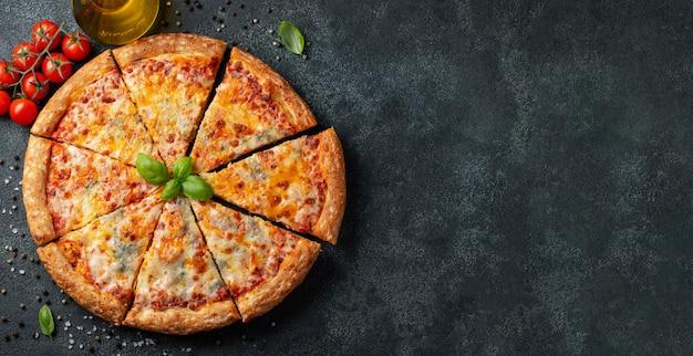 Deliziosa pizza italiana quattro formaggi con basilico.