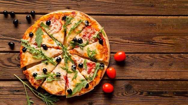 Deliziosa pizza italiana sulla tavola di legno