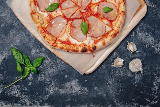 Deliziosa pizza napoletana a base di carne, pizzeria e cibo delizioso