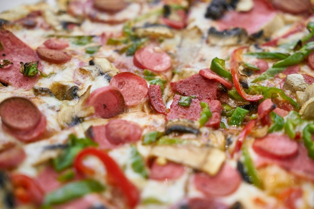 Deliziosa pizza servita su piatto di porcellana