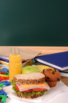 Deliziosa prima colazione accanto ad alcuni libri di testo