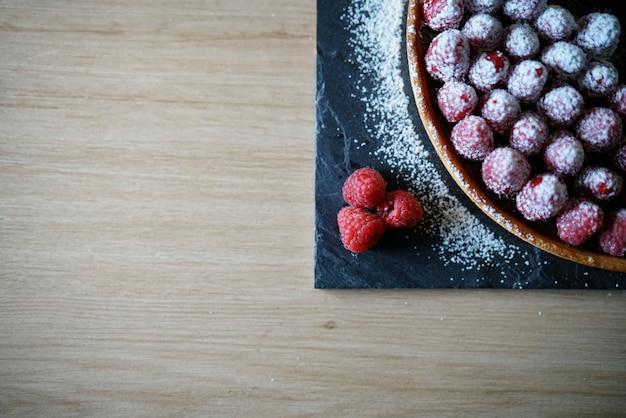Deliziosa torta ai lamponi con zucchero a velo e spazio per il testo