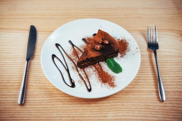 Deliziosa torta al cioccolato con nocciole