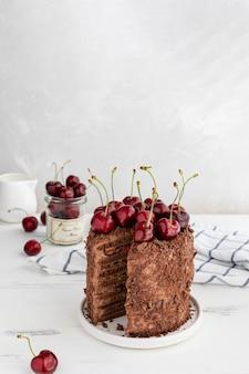 Deliziosa torta al cioccolato decorata con ciliegie, copia spazio