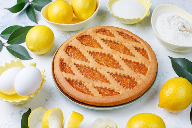 Deliziosa torta al limone con limoni freschi su luce