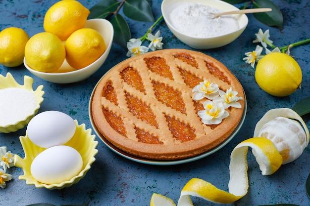 Deliziosa torta al limone con limoni freschi, vista dall'alto