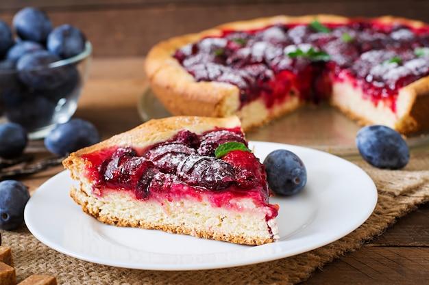 Deliziosa torta con prugne fresche e lamponi