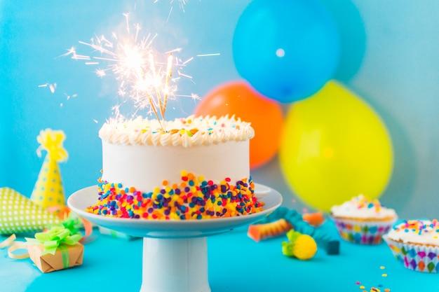 Deliziosa torta con stelle filanti in fiamme su cakestand