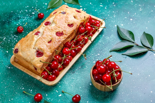 Deliziosa torta di ciliegie con ciliegie fresche, vista dall'alto