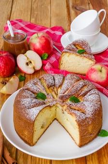 Deliziosa torta di mele con salsa di cannella e caramello