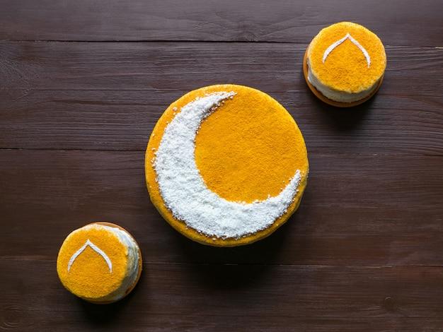 Deliziosa torta dorata fatta in casa con una falce di luna. muro di ramadan
