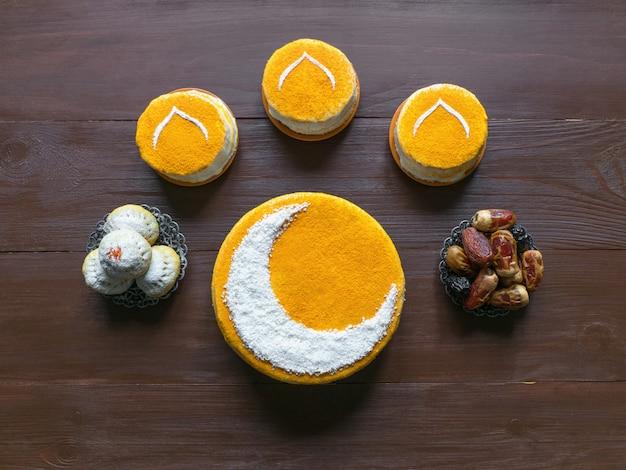 Deliziosa torta dorata fatta in casa con una falce di luna, servita con datteri
