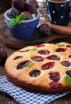 Deliziosa torta fatta in casa con prugne