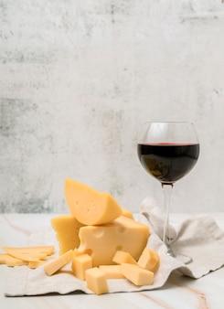Deliziosa varietà di formaggi con bicchiere di vino rosso