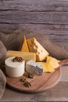 Deliziosa varietà di formaggi fatti in casa