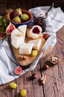 Deliziosa varietà di snack su un tavolo