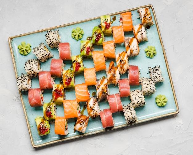 Deliziosa varietà di sushi piatti distesi