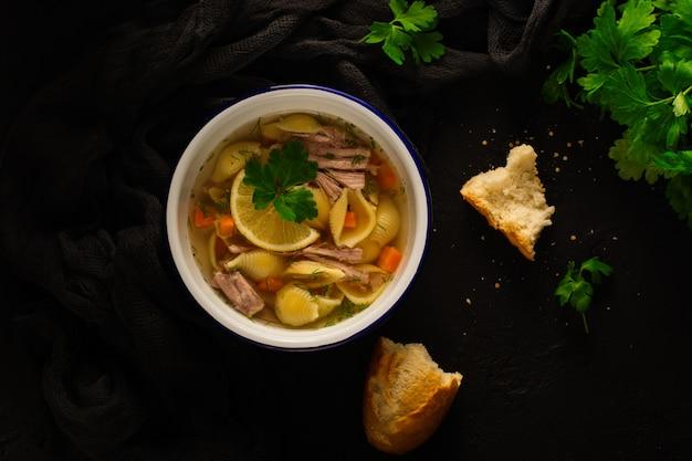 Deliziosa zuppa di brodo fatta in casa