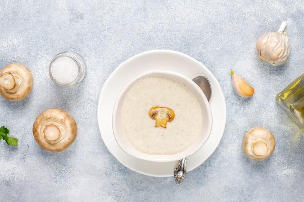 Deliziosa zuppa di crema di funghi fatta in casa