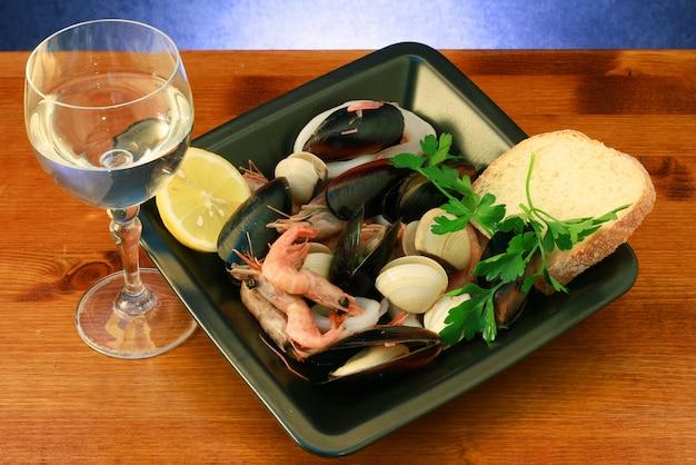 Deliziosa zuppa di pesce con vino bianco