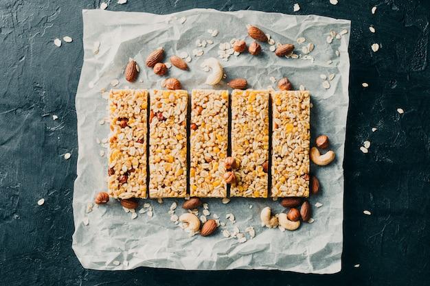 Deliziose barrette di cereali, noci e frutti di bosco