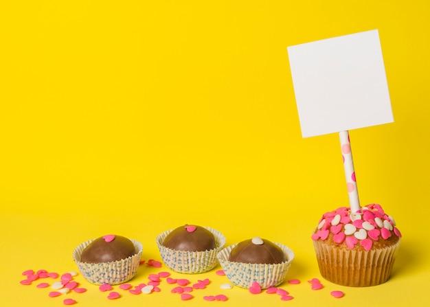 Deliziose caramelle dolci e torta con carta sul bastone