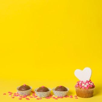 Deliziose caramelle dolci e torta con cuore decorativo