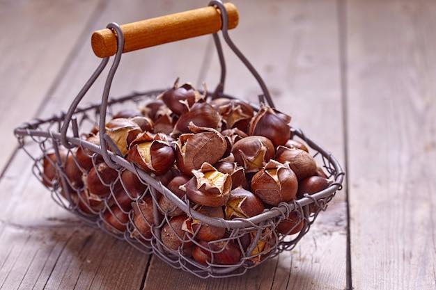 Deliziose castagne arrostite in un cesto metallico