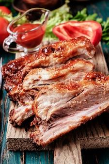 Deliziose costolette alla brace condite con una salsa piccante