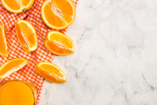 Deliziose fette di arancia e succo