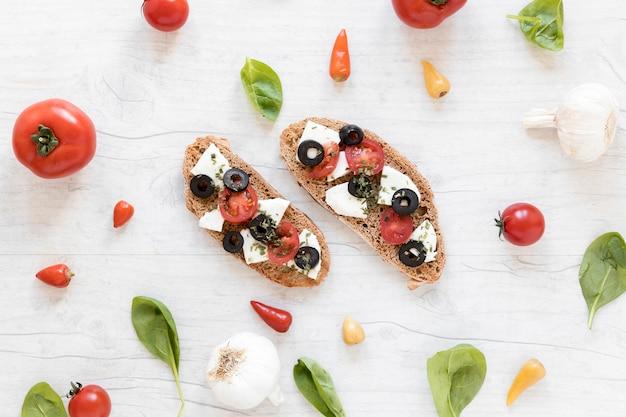 Deliziose gustose bruschette circondate da ingredienti sani