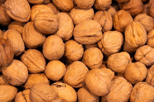 Deliziose noci con gusci, grassi sani, vitamine. può essere usato come astratto.
