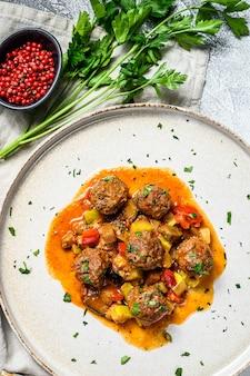 Deliziose polpette di carne tritate in salsa di pomodoro
